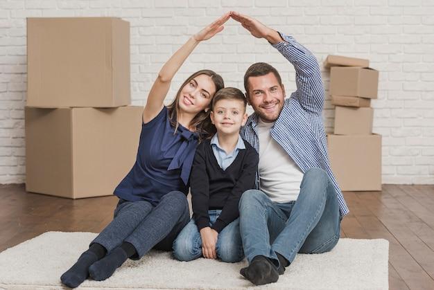 Pais adoráveis com filho em casa