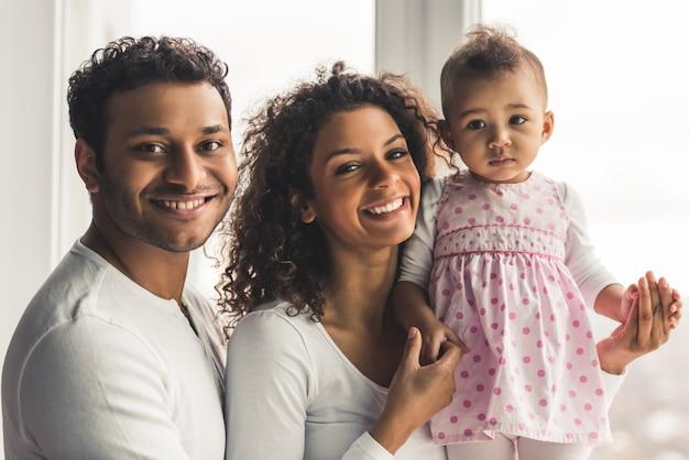 Pais afro-americanos e seu bebê fofo.
