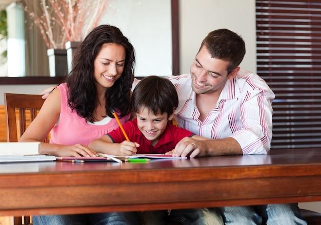 Pais agradáveis ajudando seu filho a fazer a lição de casa