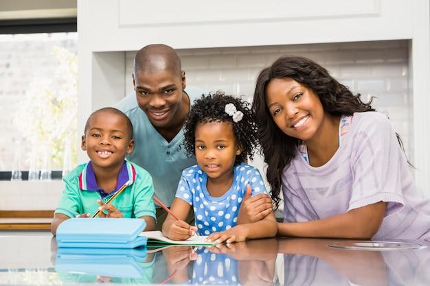Pais, ajudando, crianças, fazendo, dever casa, cozinha
