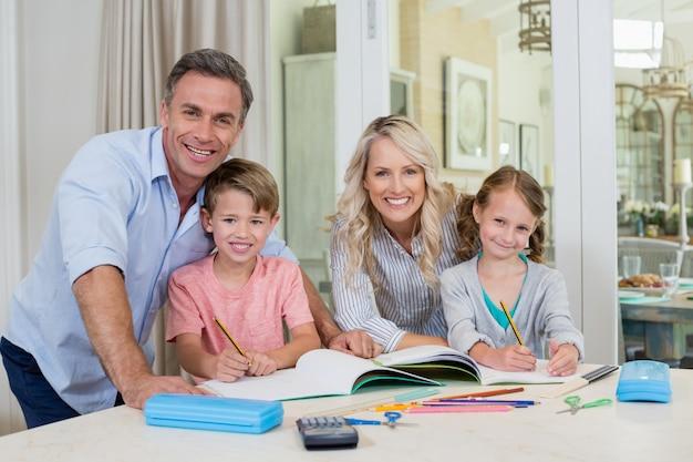 Pais ajudando crianças fazendo lição de casa