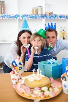 Pais alegres comemorando o aniversário do filho