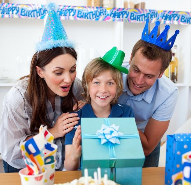 Pais amando comemorando o aniversário de seu filho