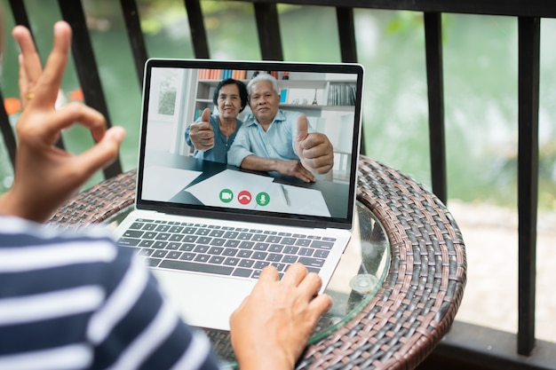 Pais asiáticos fazem videoconferência com a filha durante as férias