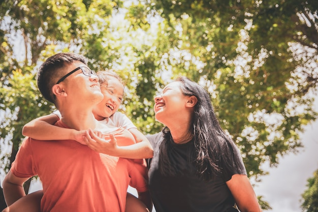 Pais asiáticos jovens felizes sorrindo