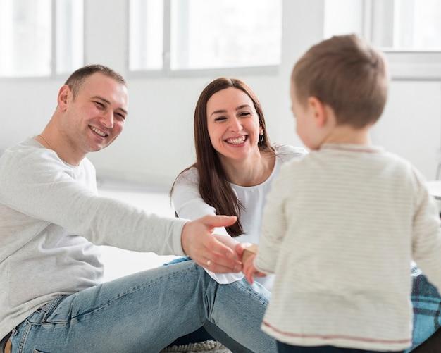 Pais brincando com criança