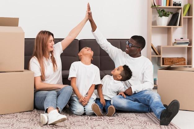 Pais brincando junto com seus filhos