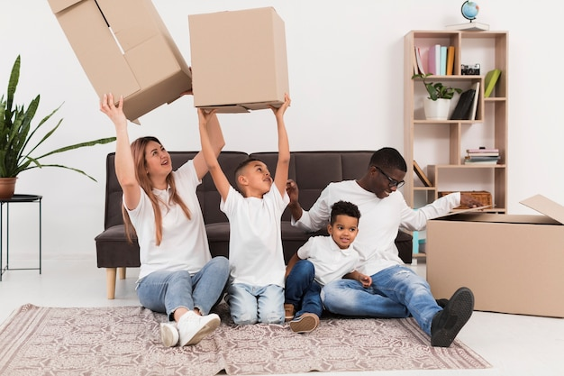 Pais brincando juntos com seus filhos dentro de casa
