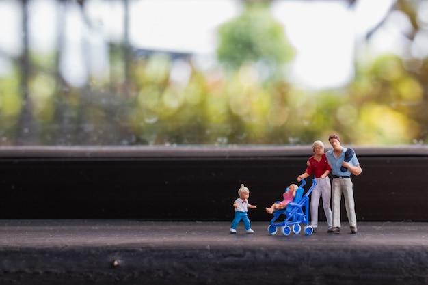 Pais, com, crianças, andar, ao ar livre