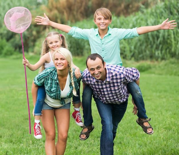 Pais com dois filhos no gramado