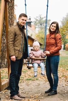 Pais, com, filha, ligado, pátio recreio
