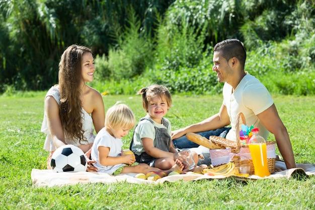 Pais com filhas com piquenique