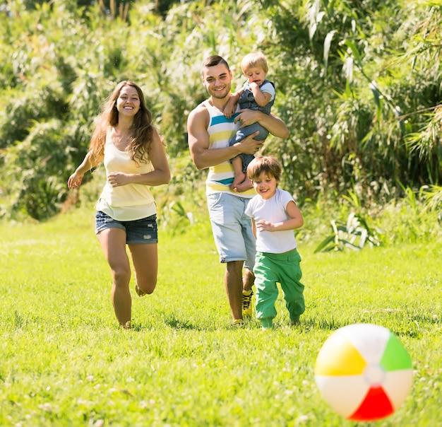 Pais com filhas pequenas ao ar livre