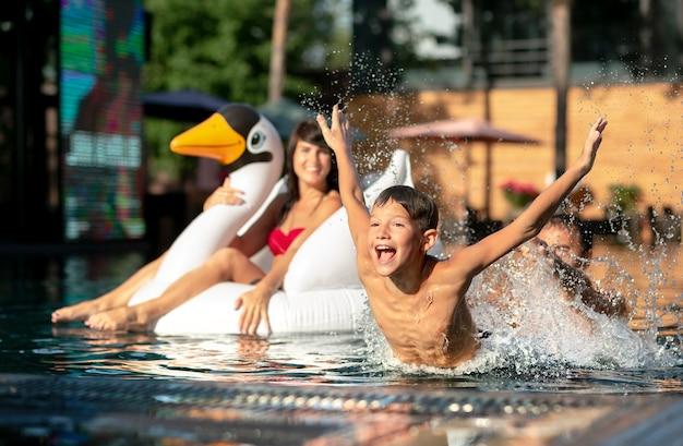 Pais com filho na piscina