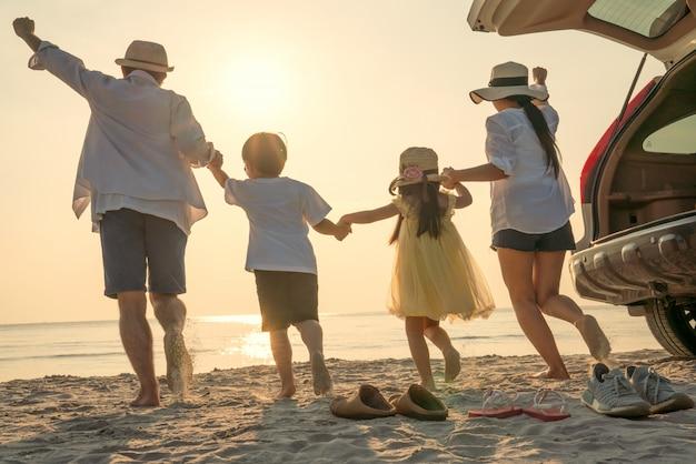 Pais com filhos curtindo férias na praia