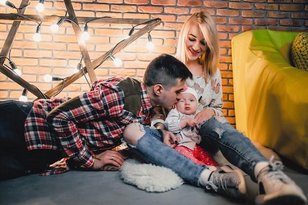 Pais com seu filho no fundo de uma estrela com lâmpadas