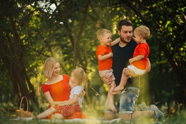 Pais conversando com seus filhos ao ar livre