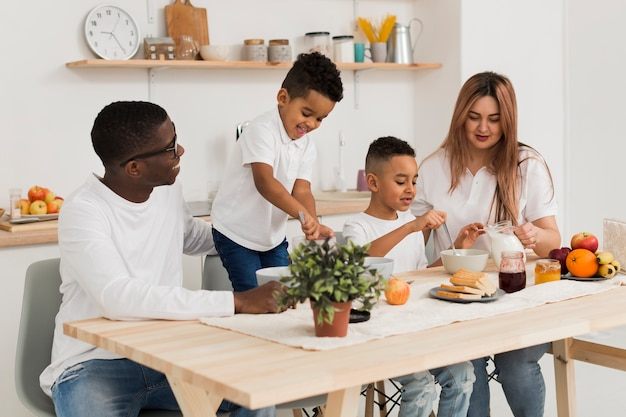 Pais cozinhando junto com seus filhos