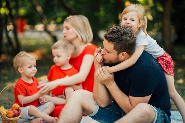 Pais, crianças, abraçando, outro
