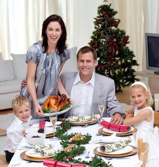 Pais, crianças, celebrando, natal, jantar, peru