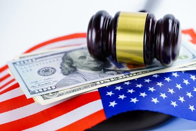 País da bandeira dos eua américa com martelo do juiz. conceito de tribunal lei e justiça.