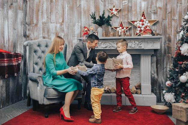 Pais dando presente de natal para seu filho pequeno
