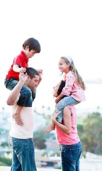 Pais, dar, seu, crianças, piggyback, passeios