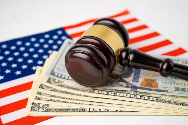 País de bandeira eua américa com martelo para advogado juiz.