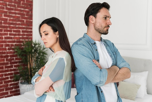 Pais de vista frontal com raiva depois de discutir