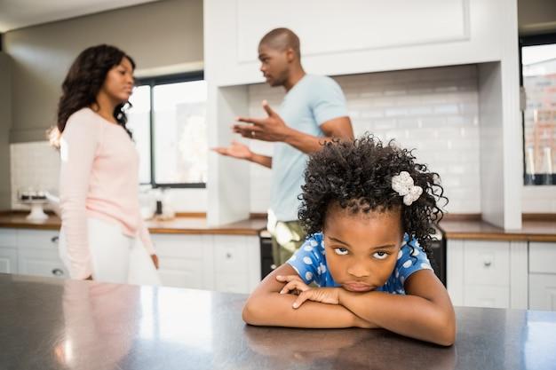 Pais discutindo na frente da filha