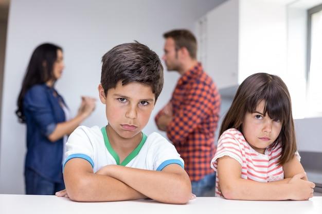 Pais discutindo na frente dos filhos