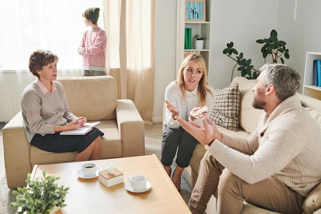 Pais discutindo seus problemas com psicólogo