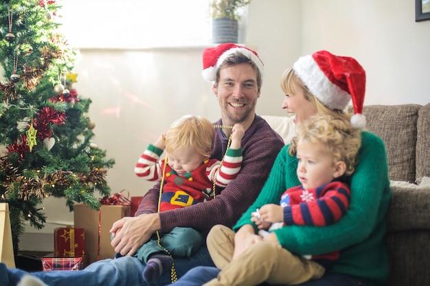 Pais doces que passam bons momentos com seus filhos, comemorando o natal