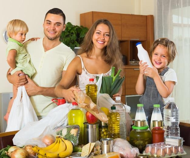 Pais e crianças com comida