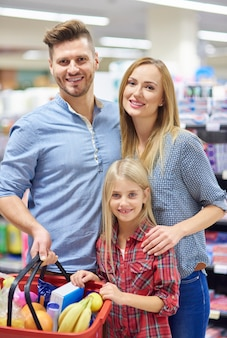 Pais e filha comprando na loja