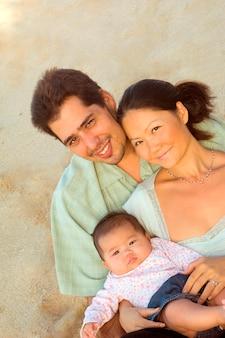 Pais e filha na praia