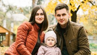 Pais, e, filha pequena, sentando, em, outono, parque