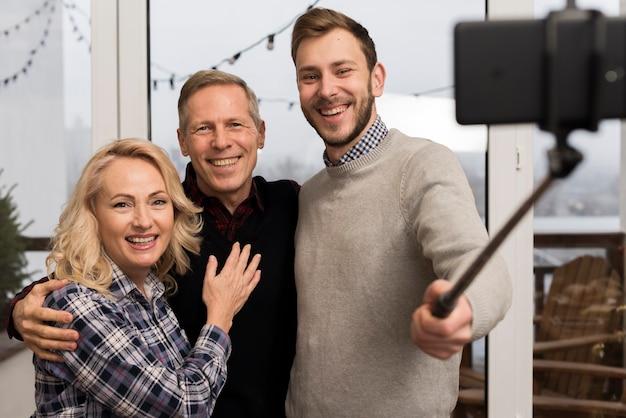 Pais e filho tomando uma selfie