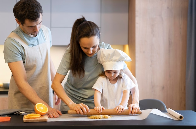 Pais e filhos cozinhando em doses médias