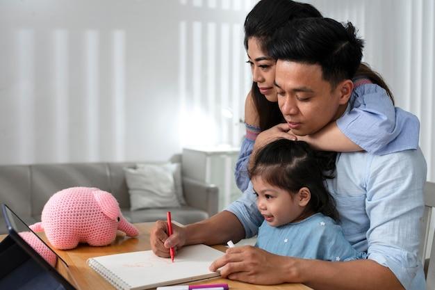 Pais e filhos em planos médios dentro de casa