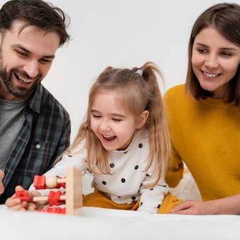 Pais e filhos felizes em close