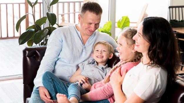 Pais e filhos felizes juntos