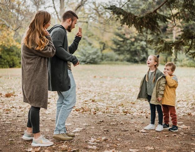 Pais e filhos filmados ao ar livre