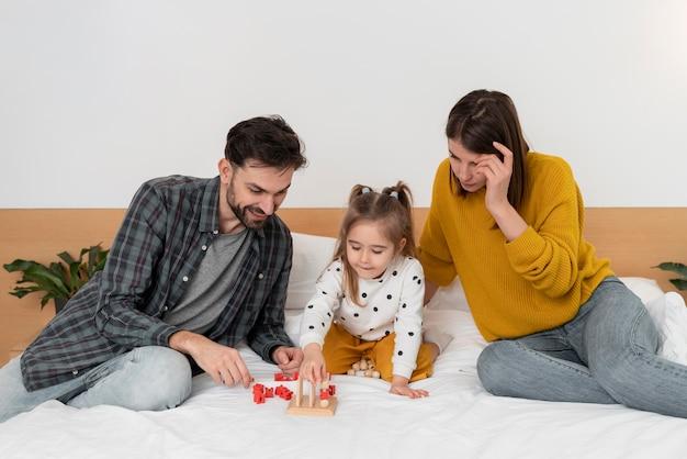 Pais e filhos na cama de tiro médio
