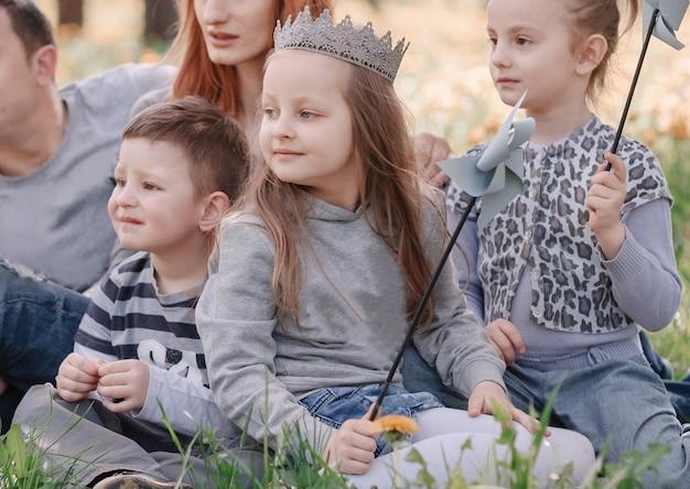 Pais e filhos pequenos passam o fim de semana juntos