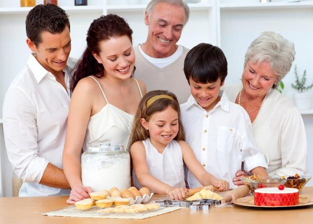Pais e granpares que procuram crianças cozinhando