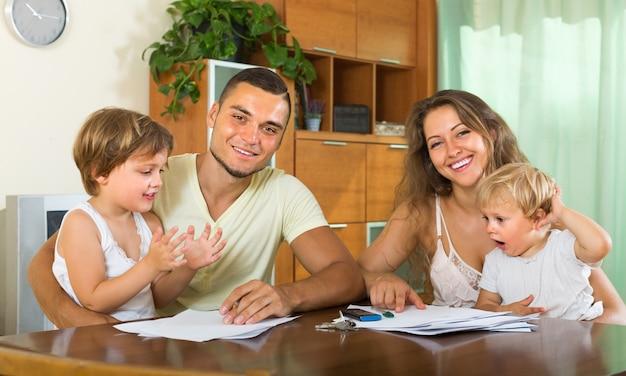 Pais e pequenas filhas com documentos
