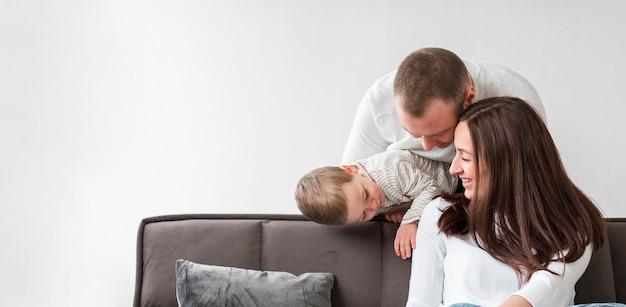Pais felizes com criança em casa