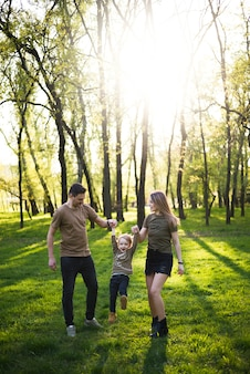 Pais felizes com criança na natureza