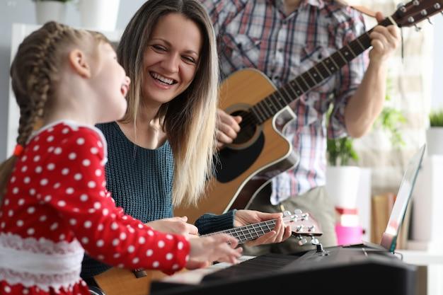 Pais felizes com criança